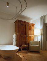 Een van de indrukwekkende kamers in het Hotel Albergo Albero Verde (Glorenza, Val Venosta) in Zuid-Tirol.