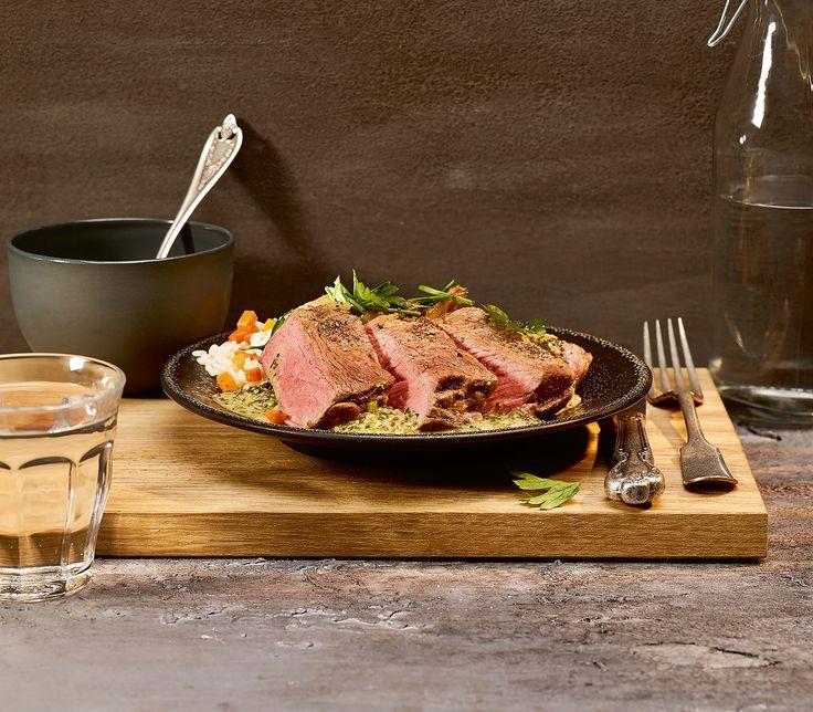 Die würzige Senf-Kräuter-Sauce harmoniert wunderbar mit dem feinen Rindfleisch.