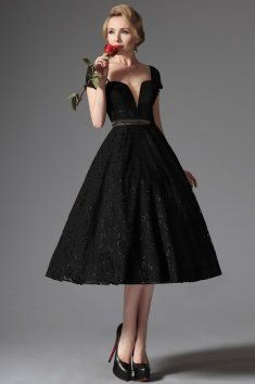 Společenské krajkové šaty v retro stylu konzervativní, romantické, střih šatů je inspirován retro stylem 50. let. úzký pas a výrazná bohatě rozšířenou sukni do půlky lýtek. Objem ji dodává odnímatelná tylová spodnička. Ta není součástí šatů a lze ji dokoupit v kategorii Originální výběr - spodničky. Živůtek má hluboký výstřih jak vepředu, tak i na zádech a efektní spadlá ramínka. Součástí živůtku je také vestavěná podprsenka.