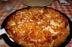 """""""Пицца на сковороде за 10 минут"""" Ингредиенты: - 4 ст.л. сметаны - 4 ст.л. майонеза - 2 яйца - 9 ст.л. муки (без горки, в ущерб) - сыр Приготовление: 1. Тесто получается жидкое, как сметана, его вылить на сковороду смазаную маслом и уже сверху положить любую начинку (томат, колбаса, солёные огурчики, оливки, помидоры и др.) 2. Залить майонезом, и сверху толстый слой сыра. Рекомендуем толстый слой сыра. 3. Ставим сковороду на плиту, буквально на несколько минут, огонь большой не делайте 4…"""