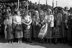 Doina Işfănoni: Ia - cea mai reprezentativă piesă a costumului tradiţional; denotă creativitate şi individualizează zonele