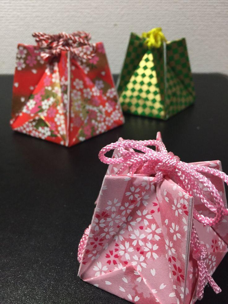 5枚の折り紙できれいな星の形になる小物入れ(箱)を作ります。 絞り紐をつけると可愛い巾着袋の様になりますよ。 今回は12cm✕12cmの折り紙を使いました。 のりやピンセットなどの道具があると作りやすくなりますよ。 花うさぎのお茶時間 http://hanausagi46.ti-da.net/