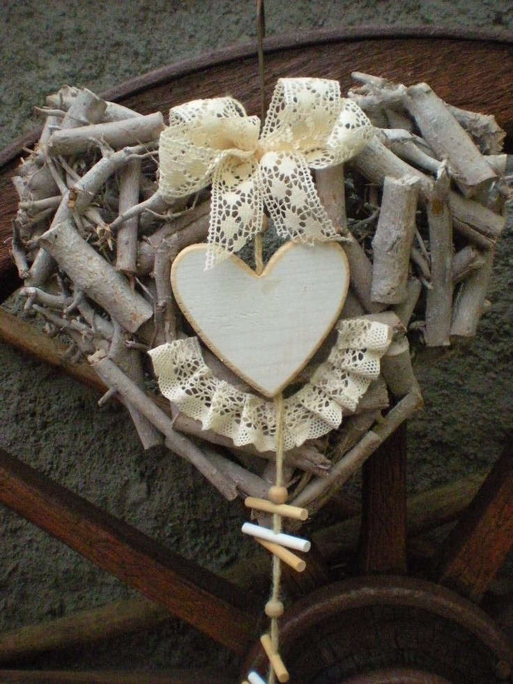 Střihoruký Edward Celoroční dekorace z kořenového korpusu ve tvaru srdce o rozměrech 31 x 27 cm se zavěšeným dřevěným srdíčkem.