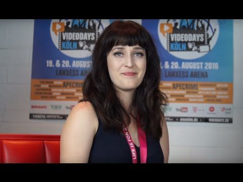 Interview mit Ella TheBee - Hilfe zur Selbsthilfe | Videodays 2016 - YouTube