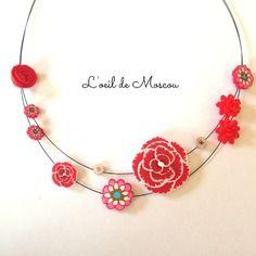 Collier créateur jolies fleurs tons rose rouge
