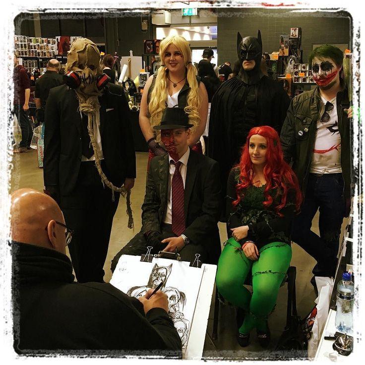 Tekenaar @stanleyheinze maakt een #karikatuur van dit Batman-gezelschap op de #dutchcomiccon2016  #dcc2016 #dutchcomiccon #cosplay #cosplayers #costume #batman #joker #poisonivy #scarecrow #twoface