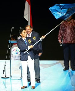 SPO: Closing Ceremony - Minister Tan Chuan-Jin waves the SEA Games federation flag during the handover