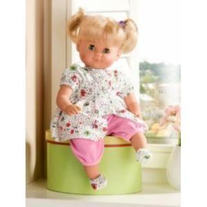 Deze pop »Slaap kindje slaap« is een van de mooiste en populairste poppen. Alle ledematen kunnen bewegen, zijn kindveilig en stevig. Dit geldt ook voor het lijfje met granulaat en het ftaalvrije vinyl van het hoofdje, de armen en de benen. De pop heeft schattige slaapogen en oerstevige, kambare en ingestikte kunstharen. De pop draagt een snoezig, modern speeljurkje, dat makkelijk aan en uit te trekken is en op 30° te wassen is. Afm. ca. 32 cm. Op www.shopwiki.nl #baby