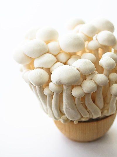 I funghi Shimaji bianchi freschi hanno un aroma piccante, con un sapore brusco se sono crudi, e un sapore delicato, che ricorda la nocciola, dopo la cottura.