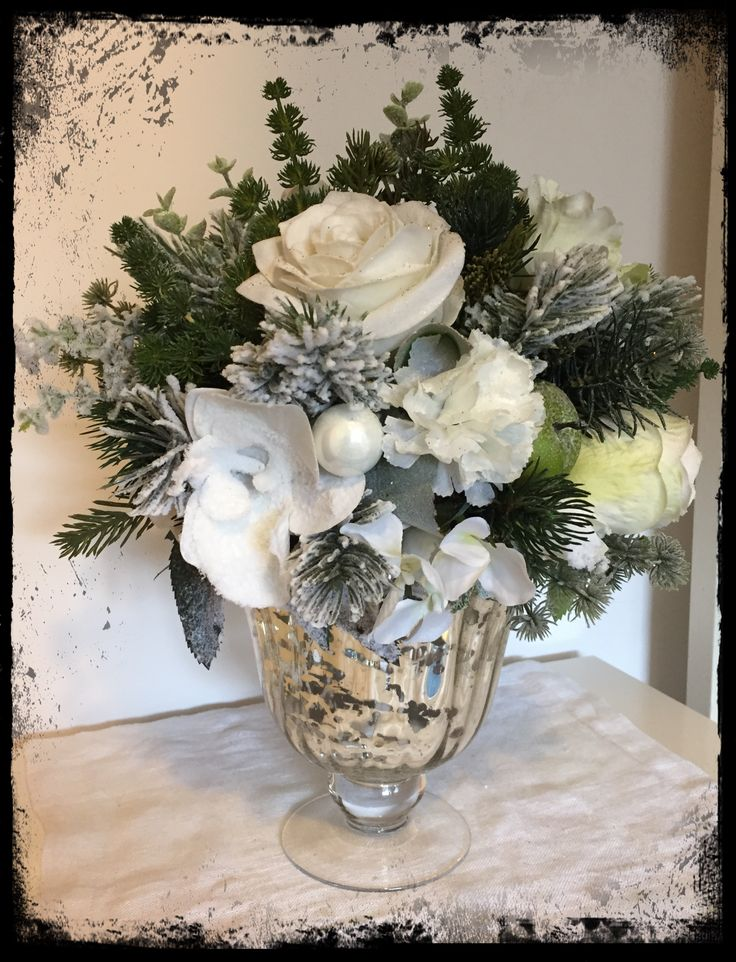 Vaso di fiori realizzato con fiori artificiali e neve.