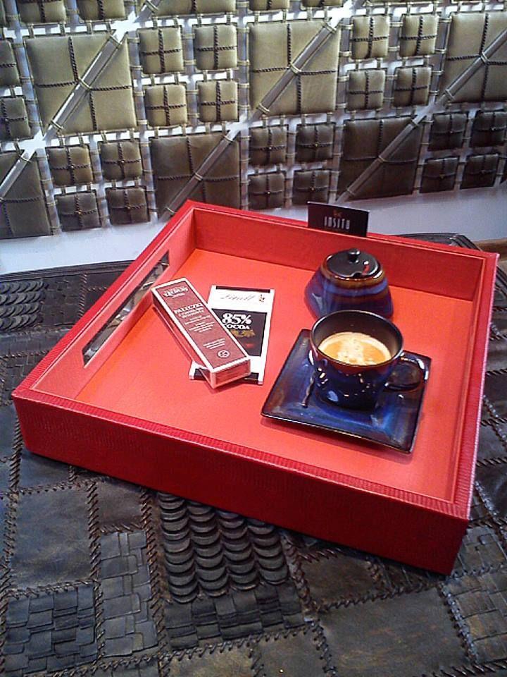 Mała czarna o poranku(?) Słodka przekąska do kawy zawsze poprawia samopoczucie, a jeśli jest tak pięknie podana na naszej skórzanej tacy to cieszy wszystkie zmysły. Zapraszamy do In Situ! Powsińska 20A Warszawa.