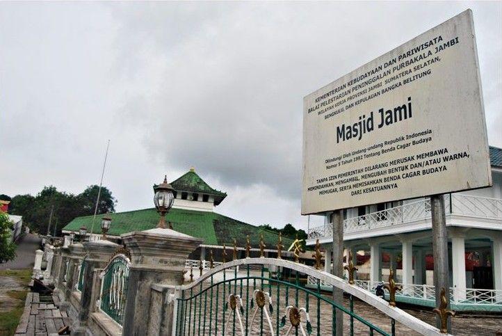 Masjid Jamik Kota Muntok adalah bukti sejarah perjalanan Islam di Bangka Barat. Jika anda tour ke Bangka, singgahlah ke Muntok dan mengunjungi masjid Jamik nya