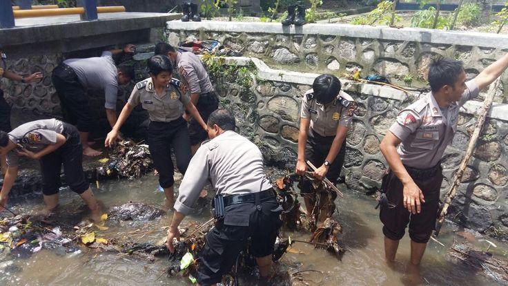 "Tribratanews.com - anggota Sabhara dan Bintara remaja Polwan turun ke sungai ""berburu"" sampah, Kamis (31-03-2016)."