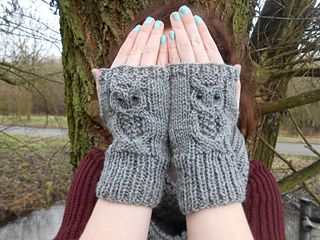 This is a beautiful quick pattern. Knit from the bottom up. Owl design cabled into the knitting. Use a cotton yarn or other yarn with a clear stitch definition.
