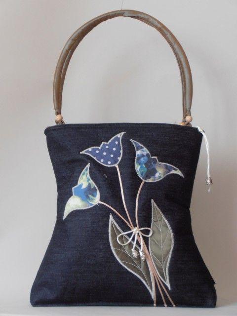 Sötétszürke farmer táska, kék tulipánokkal