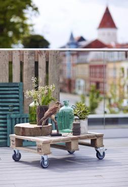 Rustik genbrugsstil under åben himmel. Udemiljøerne anno 2016 hylder den afslappede og kreative stil med et islæt af hjemmelavet, og pallemøblerne har sat sit aftryk på udelivet. Nu kommer Plus med deres bud på de populære møbler.