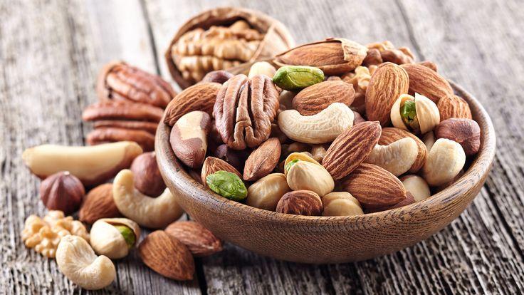 Een gezonde notenmix maak je zelf. Gezond snacken is niet altijd makkelijk, maak daarom je eigen gezonde notenmix. Lekker Gezond legt uit ho