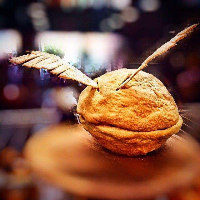 Τελευταία μερα της Χαριποτερικης σημερα και ξεκινάει το τραπέζι μας με μια σαλάτα Golden Snitch  Γεύση: Φύλλα από σπανάκι, λιαστή ντοµάτα, µανιτάρια σωτέ και κοµµάτια από τσιγαρισµένο χαλούµι. Σερβίρεται σε πιάτο από χωριάτικο φύλλο.  Στοιχεία: Η περιβόητη χρυσή µπάλα του Κουίντιτς. Σχεδόν αόρατη µε γυµνό µάτι.