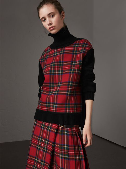 A warm turtleneck Burberry sweater in a ribbed wool-cashmere knit
