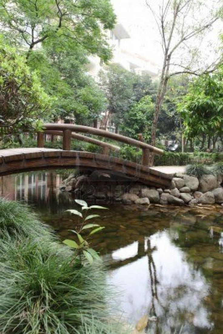 Gebogen houten brug in een Chinese tuin. Stockfoto