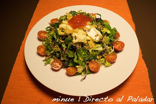 Ensalada tibia con queso brie frito y mermelada de tomate