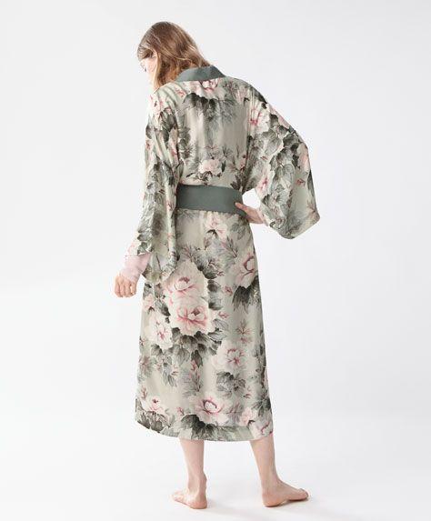 Japon stili çiçekli sabahlık - İÇ GİYİM - Oysho online mağazada kadın modasında Ilkbahar yaz 2017 trendleri. Hediye almak, İç çamaşırı, pijamalar, spor giyim, spor ayakkabi, ayakkabılar, aksesuarlar, korseler, plaj giyimi ve mayo & bikiniler. Bütün kadınlar için stiller!