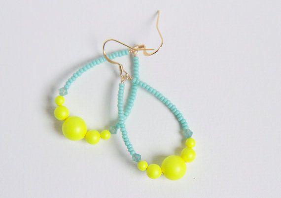 Baroques et rock n' roll / boucles d'oreille pendantes en forme de goutte / crystal swarowski jaune fluo et bleu clair / perles de rocailles...