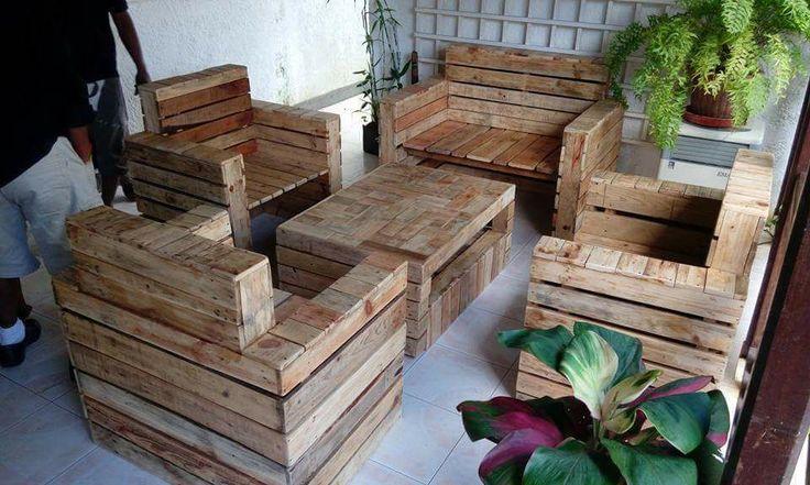 Votre salon en palettes sur mesure Salon de jardin composé de 4 fauteuils et une table passe en palettes. Prix sur demande.