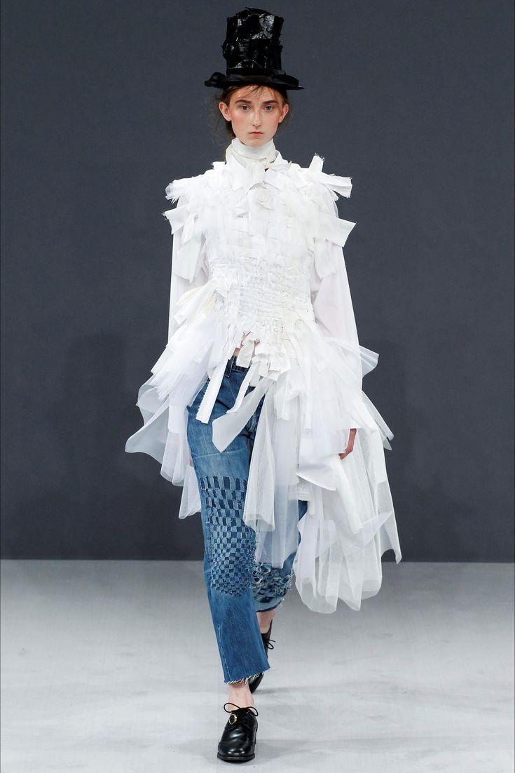 Guarda la sfilata di moda Viktor & Rolf a Parigi e scopri la collezione di abiti e accessori per la stagione Alta Moda Autunno-Inverno 2016-17.