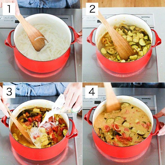 #4コマレシピ シーフードココナツカレーのつくり方 [1]鍋にココナツオイル、ニンニク、しょうがをいれて中火で炒め、香りが出てきたら玉ねぎを加えて中火で炒める。 [2]玉ねぎが透明になってきたら、シーフードをいれてさらに炒め、火が通ったらなす、ローリエ、カレー粉を加えて炒め合わせる。 [3][2]にトマト、ココナツミルク、ナンプラー、塩を加える。さらにシーフードミックスの戻し汁と水(分量外)とあわせて200mlにしたものを加えて中火にかけ、煮たったら火を弱めて10分煮込む。 [4][3]の塩味を整えたら、ごはん(分量外)などに盛りつけ、お好みでパクチーをトッピングする。