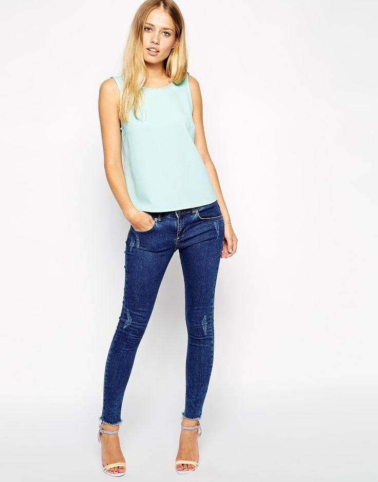 Descripción #3: Top verde menta + jeans rasgados