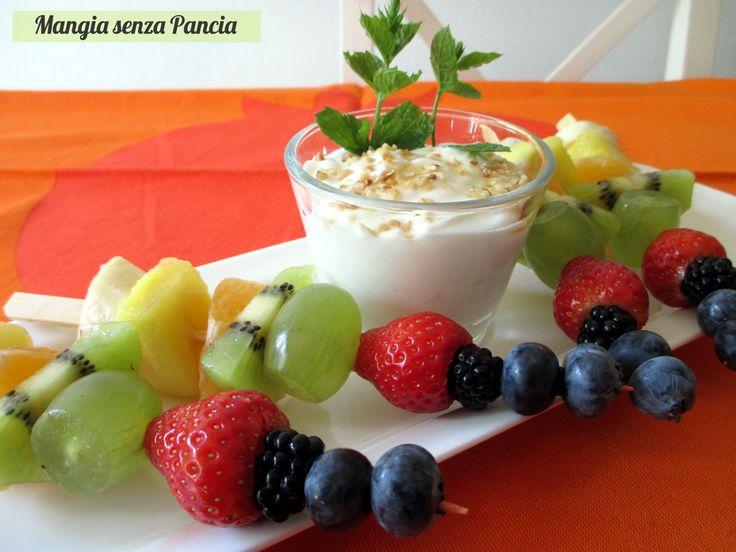Invece del solito yogurt con la frutta provate a preparare gli spiedini di frutta con yogurt e miele: bellissimi come un arcobaleno!