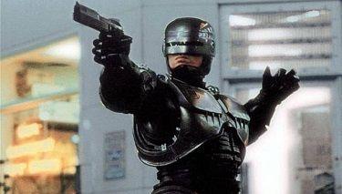ROBOTLAR MUHAREBE SAHASINDA Robot savaşlarında kazananı, bu teknolojiyi ilk geliştiren veya en iyi teknolojiye sahip olan değil, onları en iyi şekilde kullanmayı başaran belirleyecektir. ABD Ordusunun konvansiyonel üstünlüğü giderek zayıflıyor. Erişilemeyen silahlar geleneksel ABD gücünün dünyanın her yerinde etkin olarak kullanılmasını tehdit ederken, devlet dışı aktörler öldürücü yeteneklerini artıran çok daha gelişmiş teknolojileri elde etmekteler. …