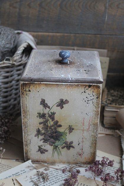 `Старая открытка` короб. Старенькая коробочка в стиле Кантри для хранения чая,трав,орехов,конфет, печенья.    Оригинальный подарок на Новый год и Рождество.    Все материалы, использованные в работе -не токсичны, на водной основе,абсолютно безопасны для Вашего здоровья.