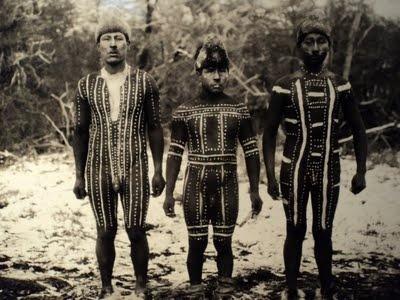 Hombres pintados para la escena Kewánix de la ceremonia del Hain. Toin a la izquierda. Foto de Martin Gusinde, 1923. Pueblo aborigen de la Isla Grande de Tierra del Fuego