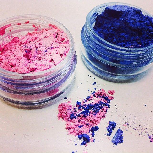 Яркие тени для яркого образа! Solomeya тени ярко-розовые и голубая бездна   #соломея #solomeya #makeup #eyes #eyemakeup #eyeshadow #pink #blue #beauty #style #макияж #тенидлявек #тени #розовый #синий