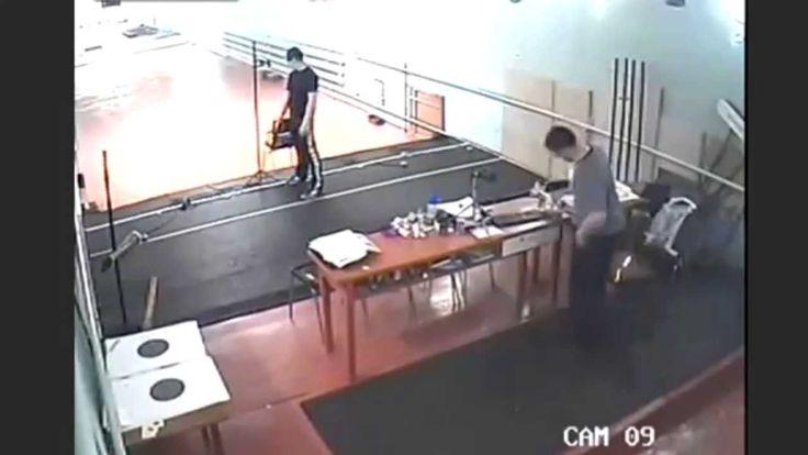 【オソロシア】まさかのヘッドショット 生徒が冗談のつもりで引き金を引いたら弾が出ちゃって先生が死亡