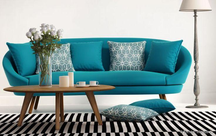 Oui au canapé turquoise dans le salon !
