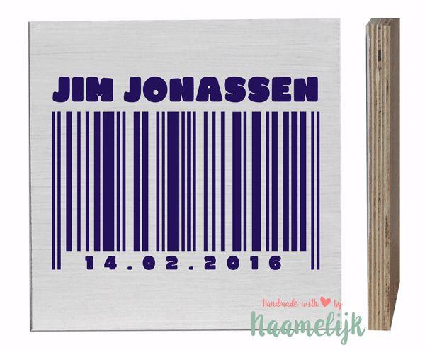 Geef een stoer kraamcadeau dat iedereen te zien krijgt! Dit stoere naamblok met streepjescode, naam en geboortedatum past perfect in elke kinderkamer!   Het gepersonaliseerde naamblok is gemaakt van bijna 2 cm dik multiplex, waardoor de zijkanten van het blok de mooie gestreepte structuur van het hout laten zien. Voor de streepjescode en de naam + geboortedatum kun je uit veel verschillende kleuren kiezen.   Afmeting: 20 x 20 cm (1.8 cm dik)  Verzending binnen 2 werkdagen