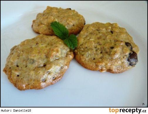 Zdravé celozrnné sušenky100g celozrnné mouky 80g ovesných vloček 50g třtinového cukru (popř. cukru krystal) 60g bílého jogurtu 2 vejce špetka soli 2 lžičky prášku do pečiva