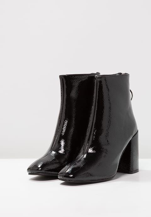 Schoenen Dorothy Perkins ATLAS - Korte laarzen - black Zwart: € 49,95 Bij Zalando (op 30/09/17). Gratis verzending & retournering, geen minimum bestelwaarde en 100 dagen retourrecht!