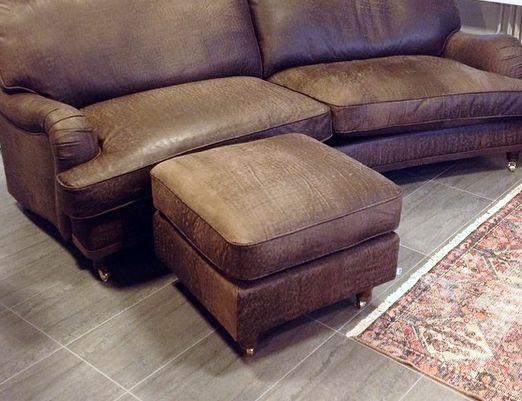 Brun Lejonet howardsoffa och fotpall l i skinn. Anilinskinn, mässing, soffa, howard, skinnmöbler, skinnpall, vardagsrum, inredning, möbler, sovrum. http://sweef.se/sweef-lyx/142-lejonet-howardsoffa-3-sits-skinn.html