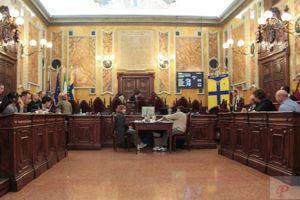 Consiglio comunale, Pizzarotti riceve la figlia del Che e in aula si discute di tasse sull'immondizia
