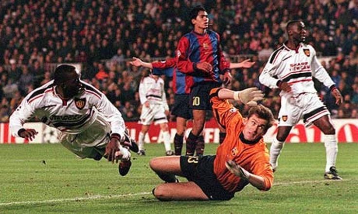 Acción de Dwight York, Manchester United F.C. en una jugada de palomita anotandole al F.C. Barcelona.