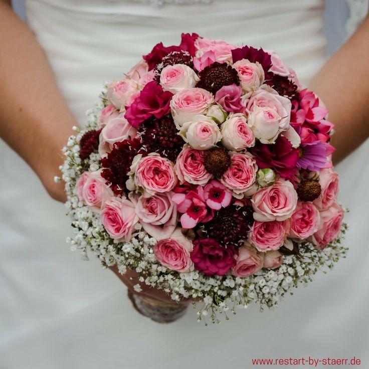 Un hermoso ramo de novia en tonos baya. Además de nuestro concepto nutricional …