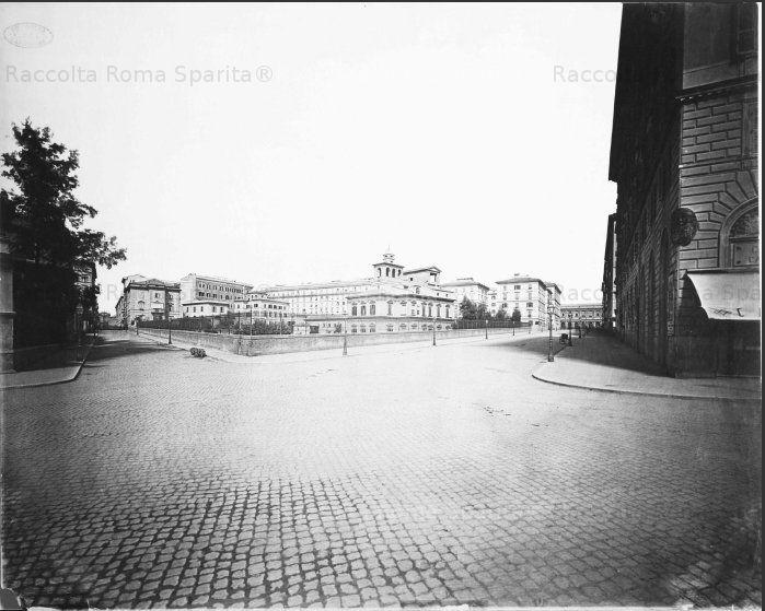 Via Cavour. In fondo l'ala laterale della vecchia Stazione Termini, lungo Via Giolitti. L'edificio al centro,con l'altana, era il Casino Felice,della immensa Villa Montalto-Negroni-Massimo, distrutta per la lottizzazione dell'Esquilino Anno: (?)