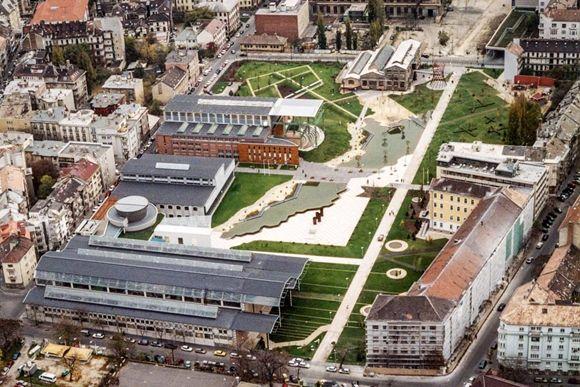 ⓒNew Directions Landscape Architects밀레너리 파크(Millenary Park)는 8.6에이커 규모로 부다의 상업·주거지 중심가에 위치해 있다. 2001년 재개발 이전에는 기계와 전기 부품을 제조했던 ..