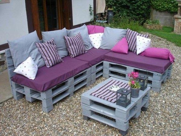 meubles en palettes, bancs et une table en palettes peintes