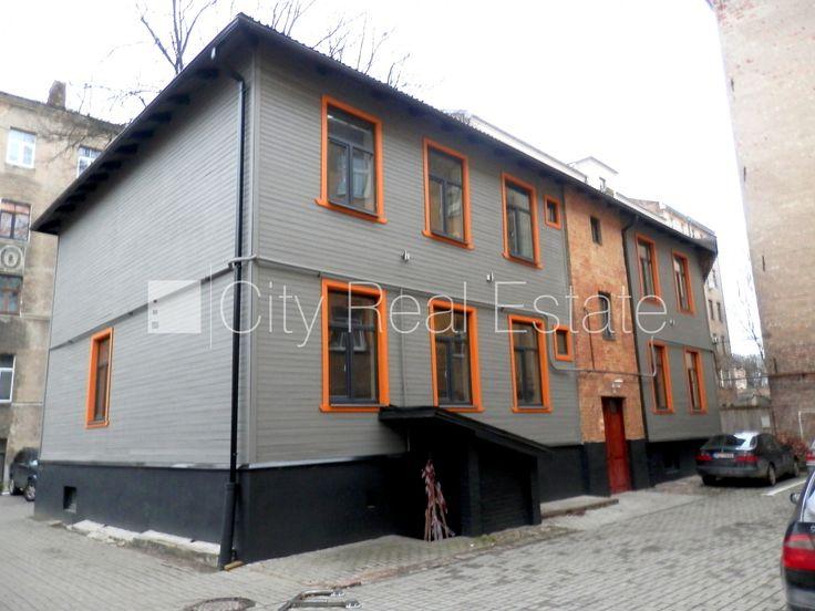 Дом во дворе, реставрированный дом, благоустроенный озеленённый двор, закрытый двор, студио, кухня объединена с гостинной, центральное отопление, перепланированная, серая отделка, пластиковые стекло-пакетные окна, металлическая дверь, лестничная клетка после к