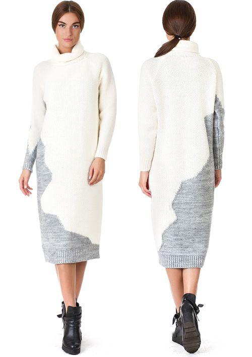 Трендовое платье-свитер из трикотажного разнофактурного полотна с хаотичной комбинацией цветоых сегментов. Модель Н-образного силуэта длиной до середины икры. Рукав прямой, формы реглан оканчивается высокой манжетой-резинкой, такая же манжета оформляет подол платья. Воротник выполнен в виде широкой объемной стойки типа «гольф» с мягкими отворотами.
